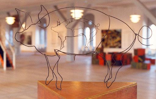 """Selv den mindste gris har en krølle på halen. Fra udstillingen """" Den blinde høne – og andre ordsprog"""", Runde Tårn 1993."""